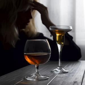 実は女性もアルコール依存症になりやすいのです!