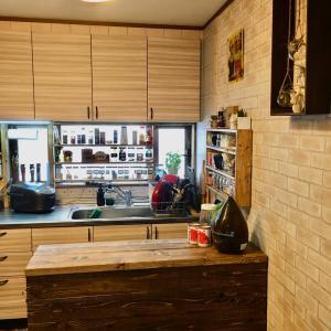 DIY カウンターキッチンの上に飾り棚 カフェ風になるかな