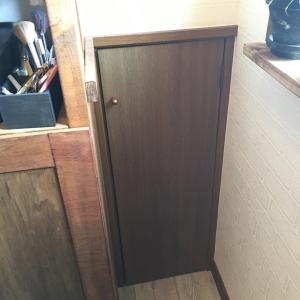 隙間家具で掃除機を収納