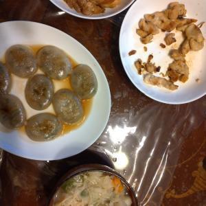 昨日の昼食と、夕食。鶏肉をにんにく+塩こしょうで焼いてみたり、照り焼きしてみたり。