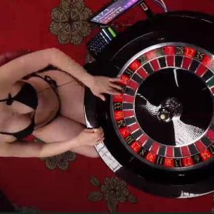 オンラインカジノのルーレットでかわいい巨乳ブロンドを隠し撮り