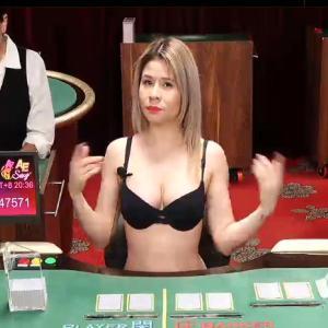オンラインカジノでかわいい金髪メキシコ人とバカラで勝負!