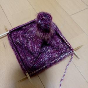 ミトン編み進めています。