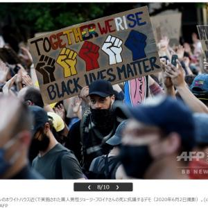 米警察官、ひざまずいてデモ隊に連帯示す