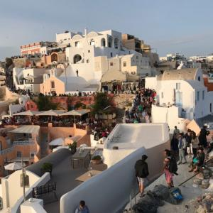 【ギリシャ編⑩】サントリーニ島イアの夕日は超混雑、イアの城壁から観るなら2時間から場所取り必須!