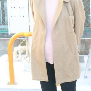 イタリア軍ホスピタルジャケットを女性が着てみる