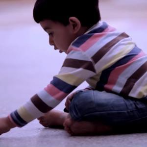 イラクの男の子がチョークで床に描いた絵に世界中が涙