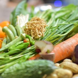 生で食べるオーガニック野菜のバイキングへ