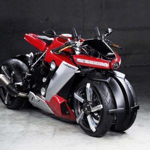 ● この容姿は強烈だ! フランス発ヤマハ製エンジン搭載の「四輪バイク」が登場!!