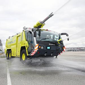 ● 神戸空港 黄色い消防車を導入 大型化学消防車&給水車を更新へ