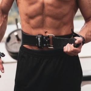 トレーニングベルトが必要な種目って?期待できる4つの効果とは