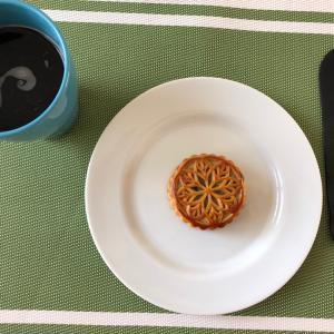 天津の国慶節、中秋の名月は月餅を食べる