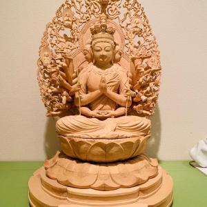 千手観音像の背中と、夫が初めて彫った仏像
