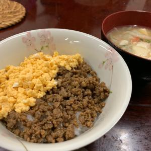 鶏そぼろ2色丼と豆腐のあったかスープ