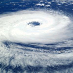 台風による気圧の変化と頭痛の関係と対処法