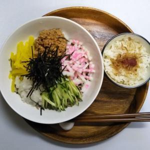 ひきわり納豆と沢庵が最高に合う具沢山の冷たい納豆蕎麦