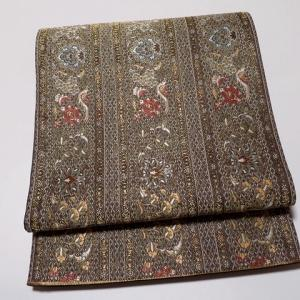 秘色色と櫨色の色無地×『篠屋宗兵衛』緞子地洋花のアラベスク文様