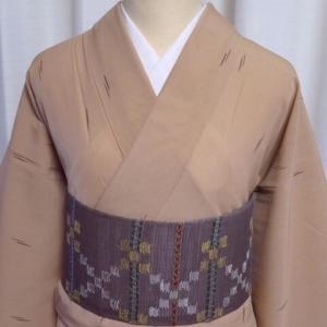 薄茶色 シンプルな絣柄の紗紬×こげ茶色 横段のモザイク柄の羅織り名古屋帯