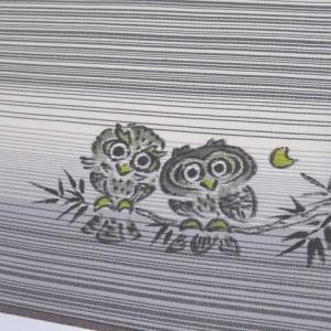 9マルキ 雪輪文の素敵な大島紬×麻の葉柄グレーの暈しと細いボーダーに可愛いフクロウのリバーシブル洒落袋帯