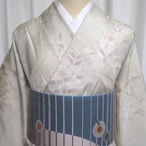 軽やかな花束柄の白大島紬×リズミカルで遊び心のあるデザインの洒落袋帯