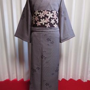 紫を帯びた茶色 万筋に桜の江戸小紋×縮緬地 桜柄の九寸名古屋帯