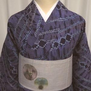 灰紫の変わり絞り染めの紬×薄灰シャボン玉の様な和紙の丸紋帯と水墨画タッチの花柄帯