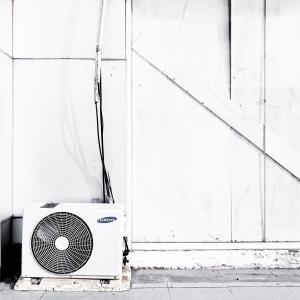 夏のエアコンの使い方「つけっぱなし、窓少し開けっぱなしでOK」