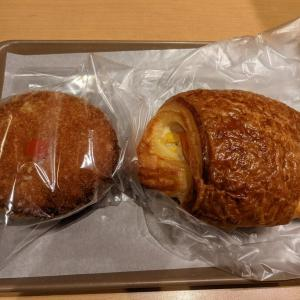 登戸:HOKUO 登戸店のカレーパンとハムコーンパンをイートインでいただく