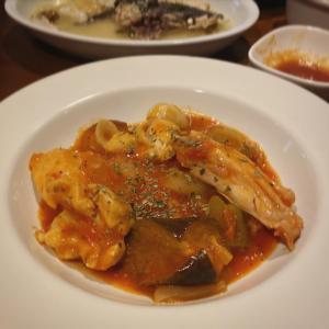 今宵のごはんはコチのお刺身、コチのアラのワイン蒸しに鶏胸肉のトマト煮