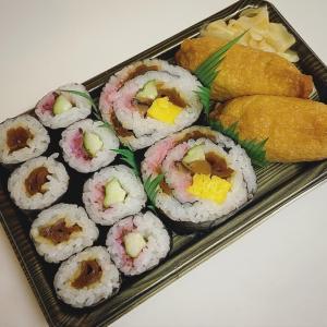 今宵のごはんは半額の助六寿司を〆に