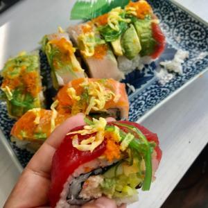 アメリカナイズされた韓国スーパーのレインボーロール寿司