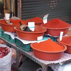 市場に行くとすごい量の「唐辛子の粉」がある!