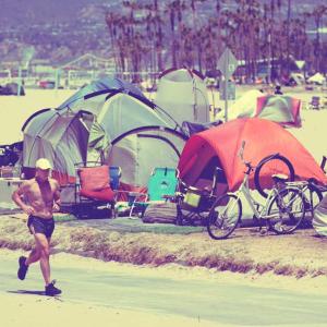 Airbnb増で賃貸先がなくなり、ホームレスが増加するLAの観光地
