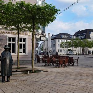 ドイツでの入社面談にサマーワンピースで来た女性