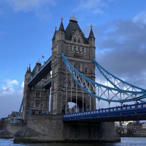 ロンドン タワーブリッジ 歩いて渡れる?