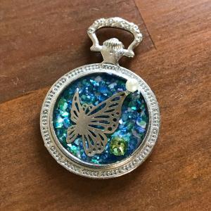 懐中時計と蝶の舞レジン
