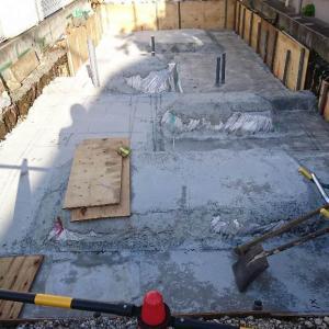基礎工事の着工 狭小地がより狭小に感じます。