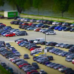 田舎の昼間のスーパーの駐車場は危険がいっぱい