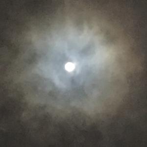 今日の満月を見上げると美しくなるのは