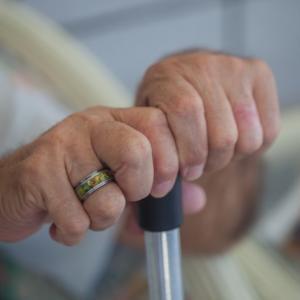 介護DIY・視力低下や手の麻痺をサポートする室内家具の扉を考える