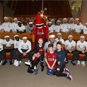 毎年恒例のアルダー・ヘイ小児病院訪問、クリスマスプレゼント!