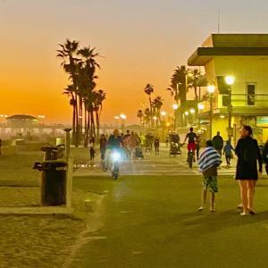 デート⁉️ 今夜は 賑わい魅せる ハンティントンビーチ カリフォルニア