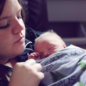 赤ちゃんの頭の匂いが、ママを癒す! 生まれたての赤ちゃんの匂いを感じてね。