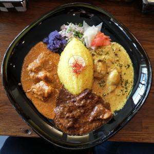 【スパイスアベニューゆう吉】淡路で頂く辛旨いカレー3種盛り、バターチキンと豚バラビネガー、カキのココナッツはうまくてご飯が進む