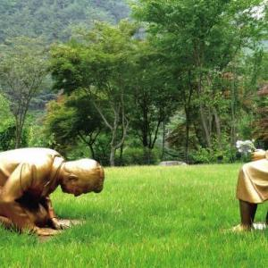 韓国植物園でアベちゃん土下座像公開中!