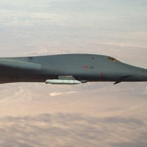 B-1Bランサー爆撃機が新型外装ミサイルテスト