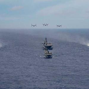 海自の輸送艦と強襲揚陸艦アメリカなどとの共同訓練