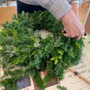 本物のヒバや杉で作る大きなクリスマスリース