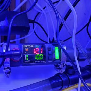キーエンスのクランプオン式流量センサFD-Q20C装着完了