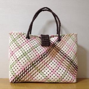 斜め石畳編みの試作品。配色は余り紐で。